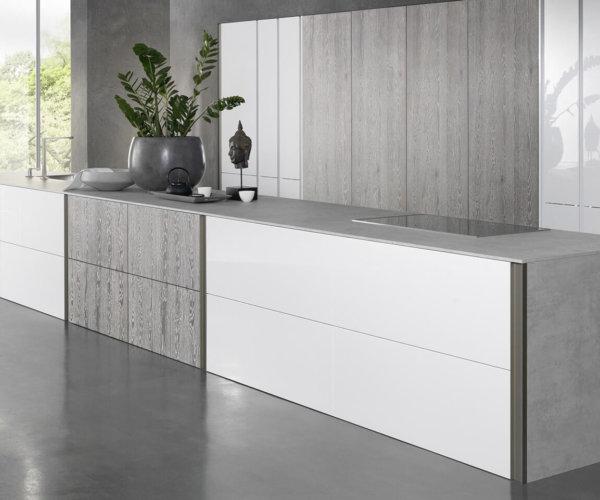 Tio is het concept voor absoluut moderne keukens: een symbiose van minimalistisch design en persoonlijke vrijheid. Opvallend is de horizontale en verticale lijnvoering. Vrijwel onzichtbaar geïntegreerde ingreepvarianten zorgen voor een compleet greeploos uiterlijk.